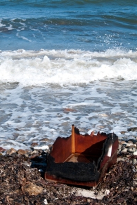 Kiste am Strand. Damit kann man fliehen.