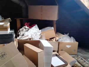 2. Kartonsammlung auf dem Dachboden (Zwischenstand - schon halb gestapelt)