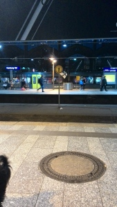 8. Warten am Bahnhof